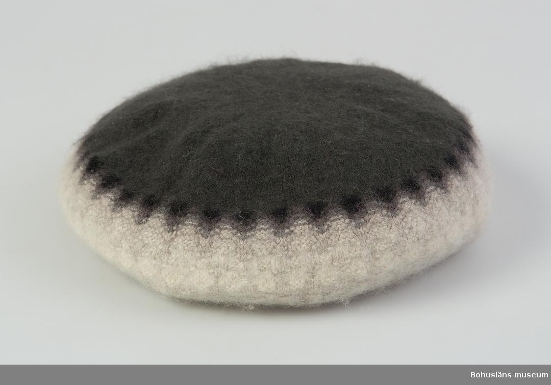 Barett. Mörkgrå, mellangrå, blågrå, ljusgrå, naturvit och vit. Mönster Grå dimman, design  Kerstin Olson.