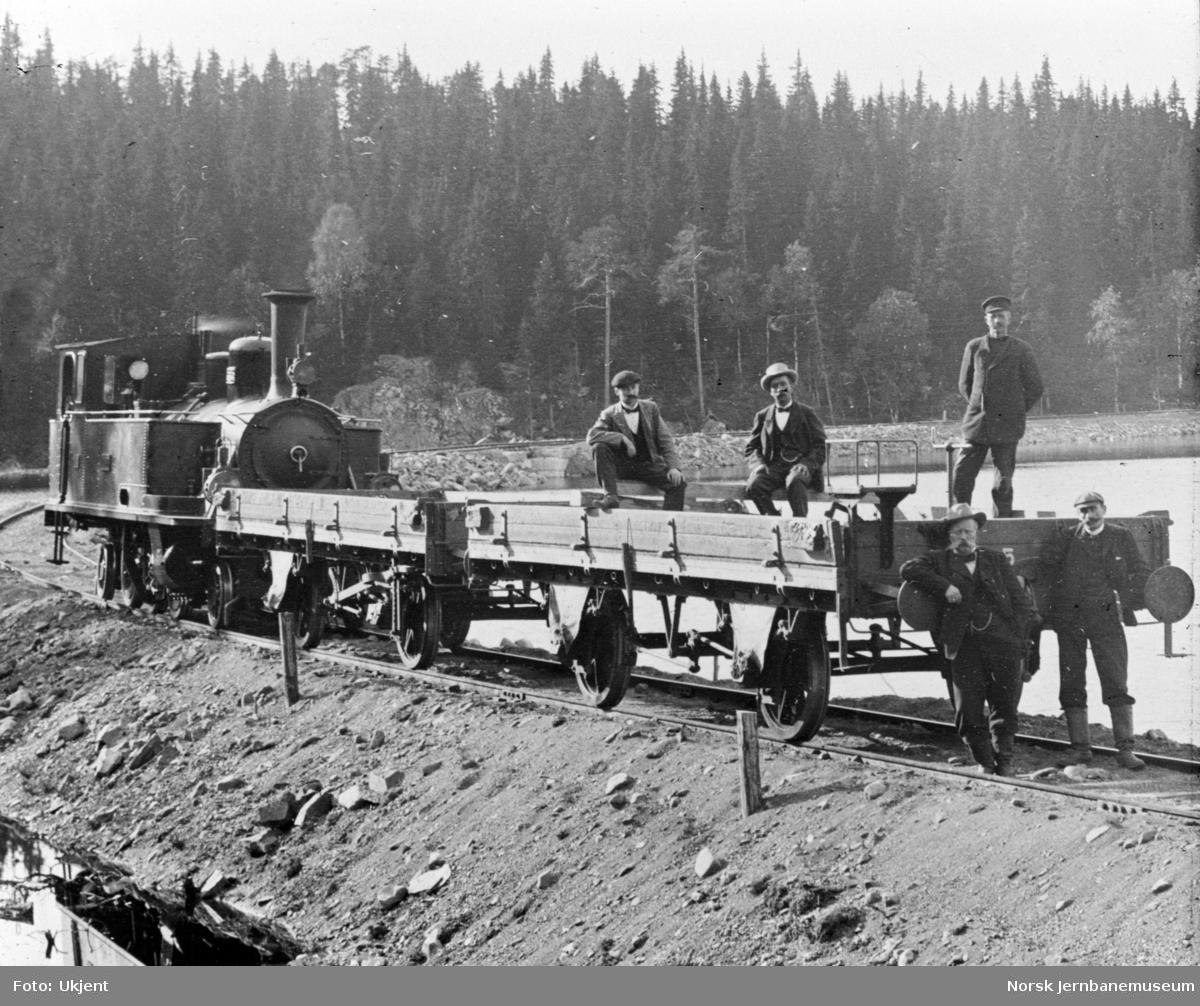 """Damplokomotiv nr. 2 """"Land"""" med grusvogner ved Trevatn under anlegget"""