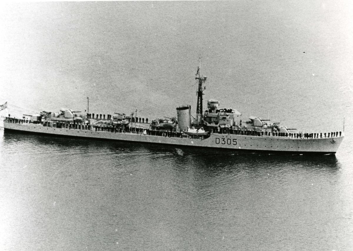 Motiv: Jageren KNM TRONDHEIM (D 305). Styrbord side. Skrått ovenfra.Bemanne  relling