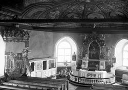Interiör från Bro kyrka i Bohuslän med takmålningar utförda