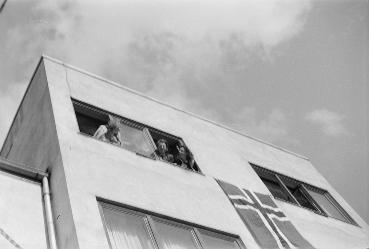 Frigjøringsdagene 1945. Folk i vinduene ved Elverum slakteri.