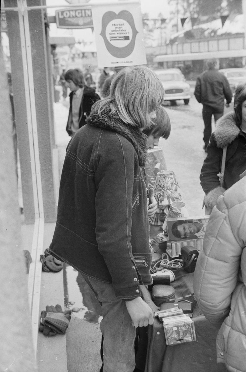 Salg utenfor Syringens butikk under Grundsetmart'n 1975. Leiret, Elverum.