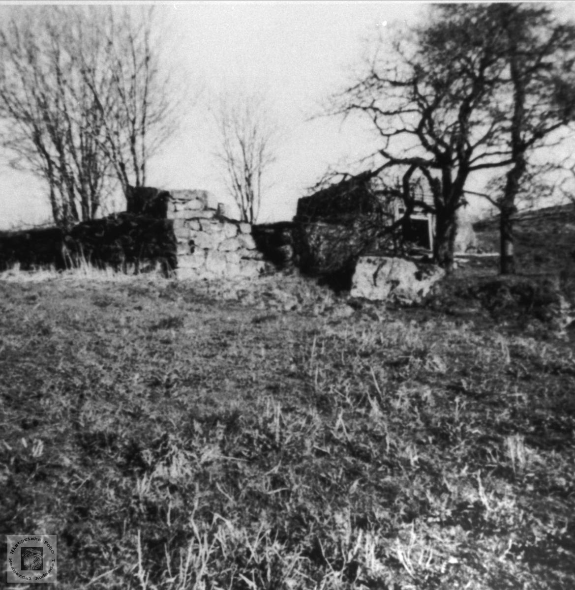 Ruiner på Fladåsen, Finsdal skog