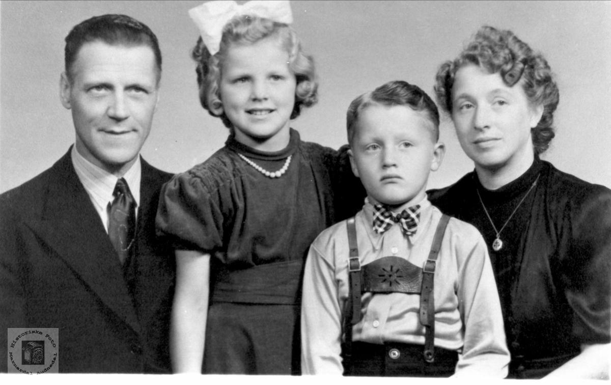 Familiebilde med familien Skjævesland