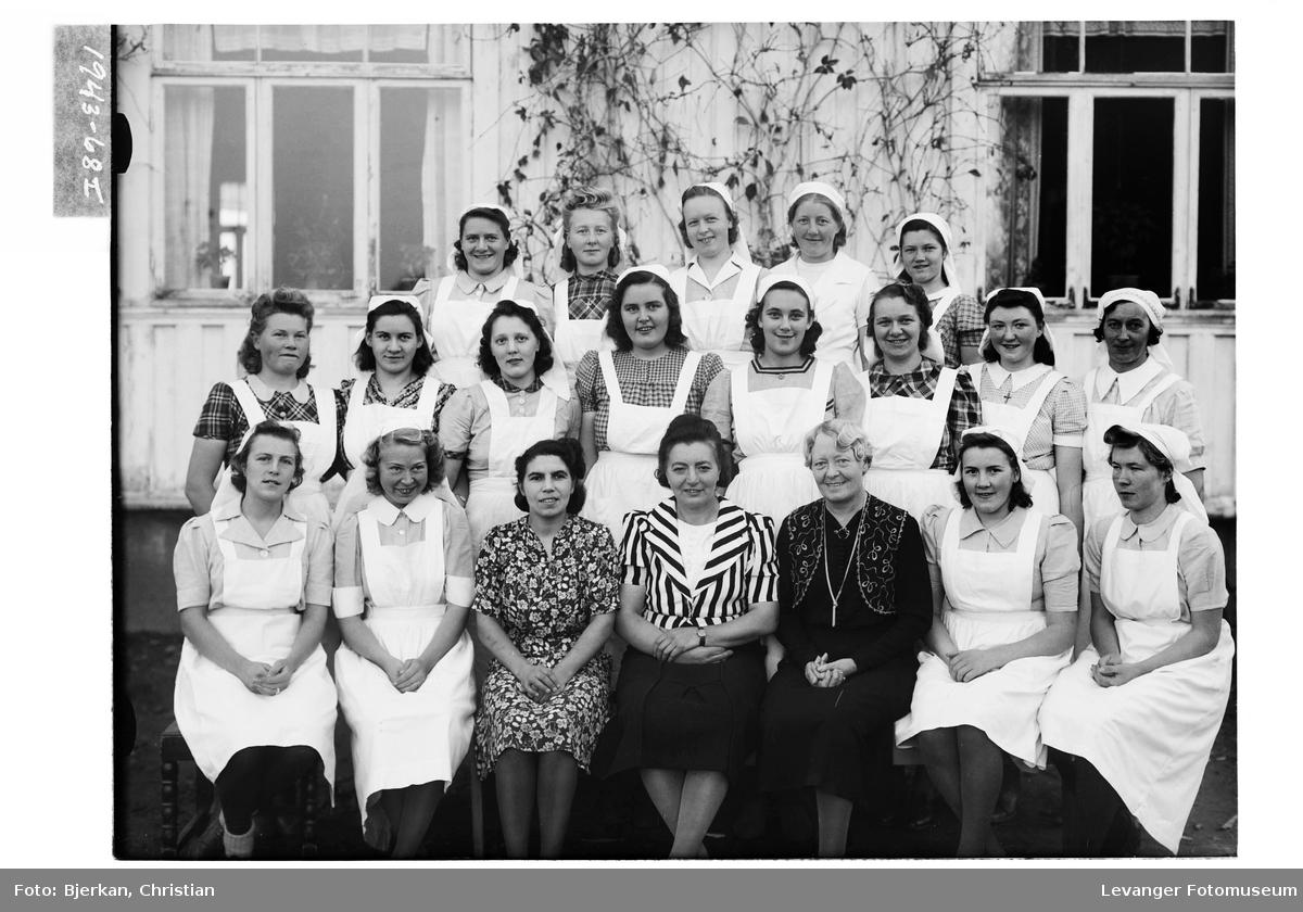 Unge kvinner samlet i gruppe.