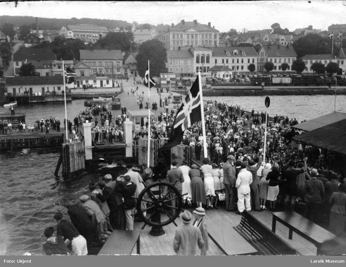 Havnemotiv, ferjeleie, Larvik. Rombergata skole, Festiviteteten, Storgata.