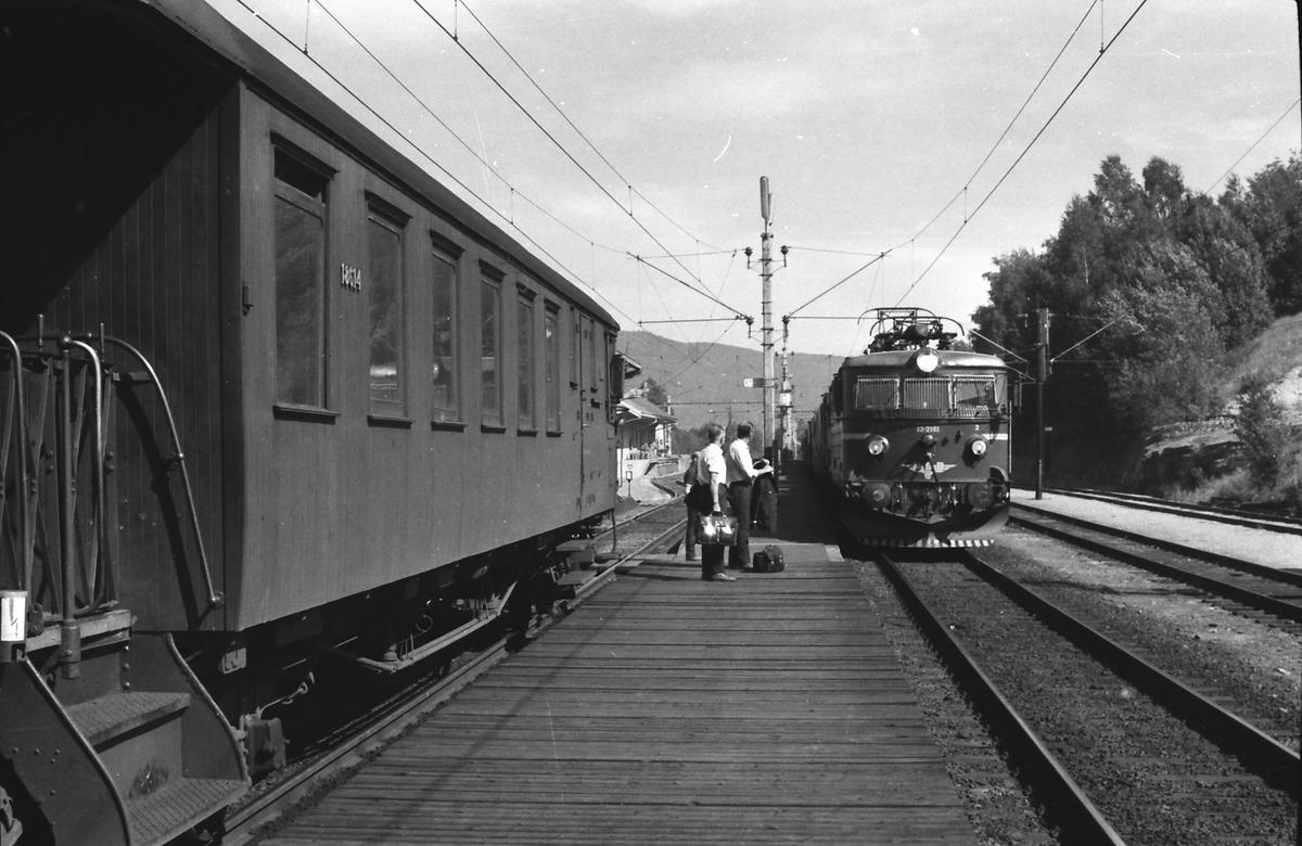 Kryssing mellom lokaltog Lunde - Nordagutu og godstog i Bø stasjon. Personalbytte. NSB styrevogn type 65 og elekrisk lokomotiv type El 13.