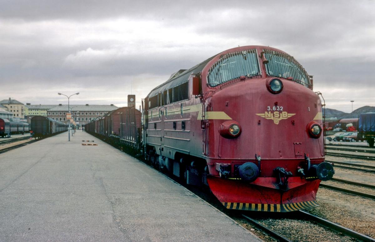 Godstog 5772 (Bodø - Trondheim) med dieselelektrisk lokomotiv Di 3 632.