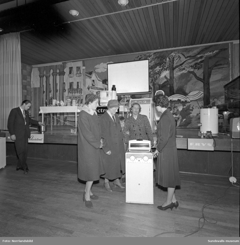 Elektrolux har utställning av hushållsmaskiner i Skönsbergs Folkets hus.