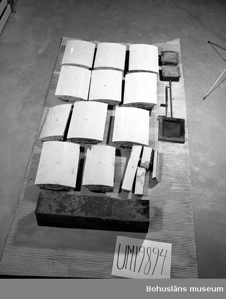 Delar till vit kakelugn. 15 delar kakel två sotluckor, ett fyrkantigt sotrör, ett spjäll i tre delar. Fotograferad Neg.UM19894. Gallrad.