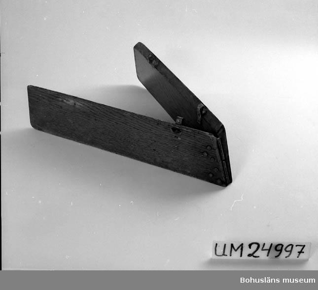 """Funktion: tillhör UM024988, gigg """"Stella"""". Två bräder som sitter ihop med gångjärn i en vinkel. Hör samman med UM024998"""