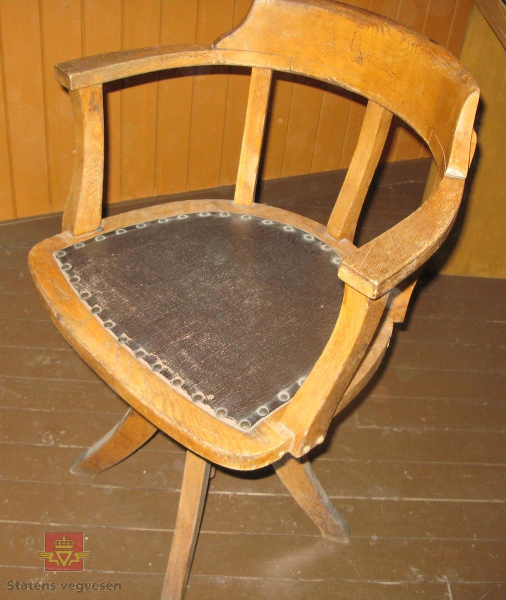 Roterbar stol med rygg og armlener i ett. Av tre og metall. Lakkert.