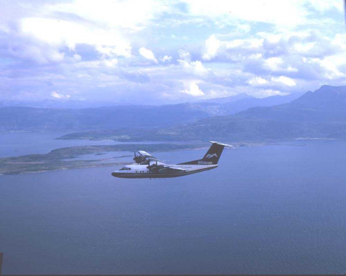 Luftfoto. Ett fly, LN-WFL, DHC-7-102/ Dash 7 fra Widerøe.