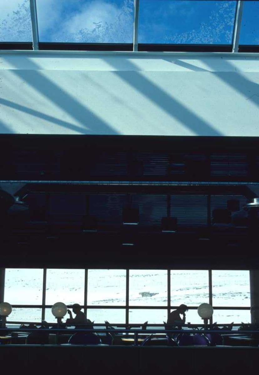 Lufthavn/Flyplass. Tromsø. Parti fra kafeteriaen på flyterminalen, utsikt mot tarmac..