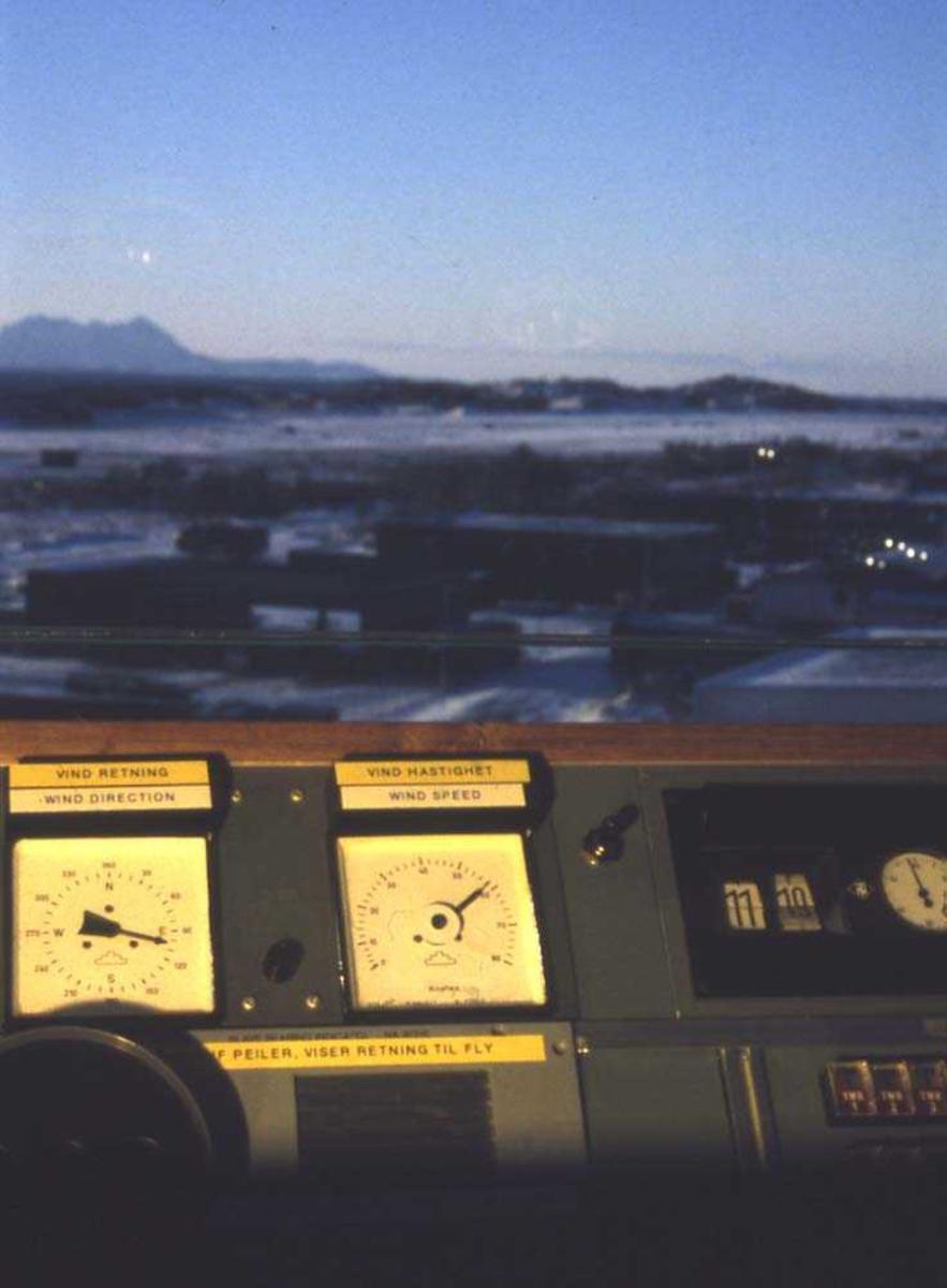 Lufthavn/Flyplass. Bodø. Flykontrolltårn med utsikt mot vest. I bakgrunnen skimtes Sandhornøya og Fugløya.