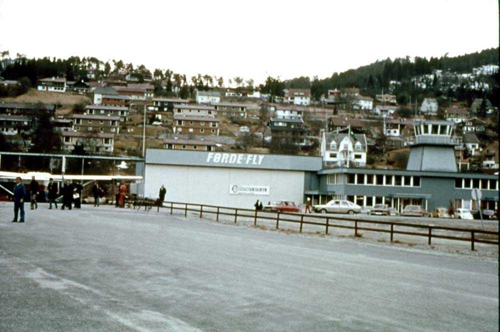 Lufthavn/flyplass. Førde/Øra. Terminalbygget med flytårn og midt på bildet hangaren til Førdefly.