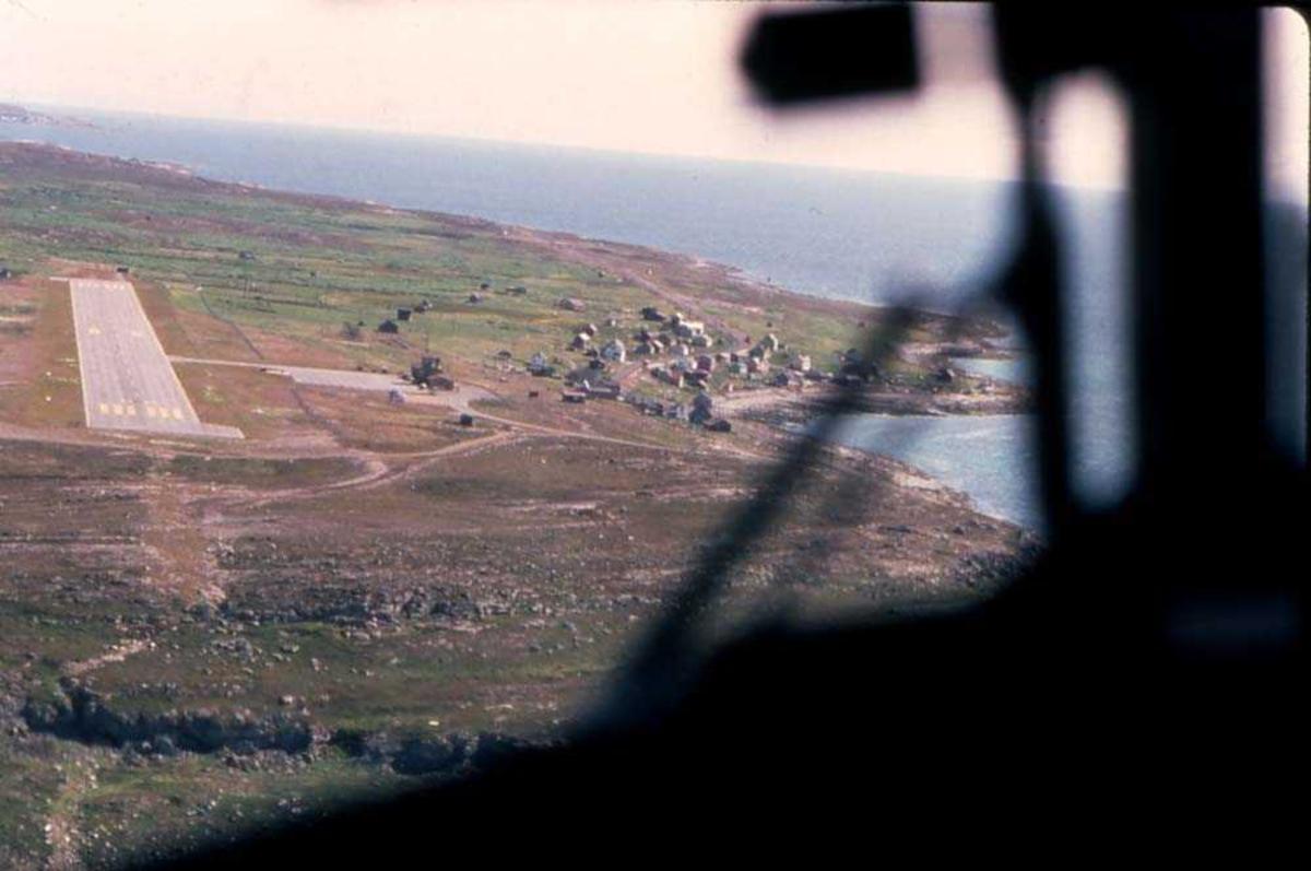 Lufthavn/flyplass. Vadsø. Et fly, DHC-6-300 Twin Otter fra Widerøe under innflyging til runway 08.
