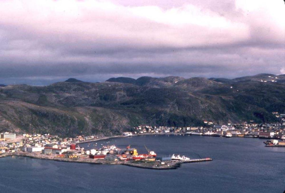 Landskap. Hammerfest. I forgrunnen bydelen Fuglenes med deler av sykehuset helt til venstre i bildet.