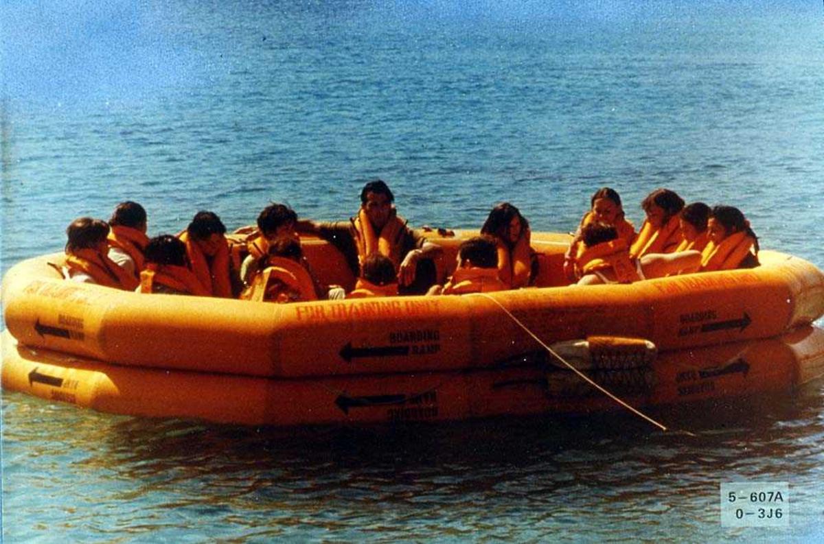 Flere personer ombord i en redningsflåte på havet, for bruk i et fly.