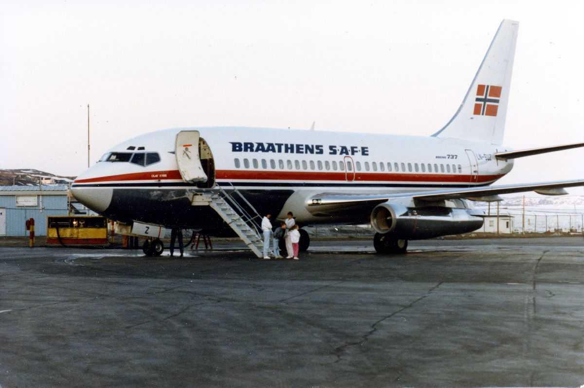 """Lufthavn. Ett fly på bakken, Boeing 737-205 LN-SUZ """"Olav Kyrre"""" fra Braathens SAFE."""