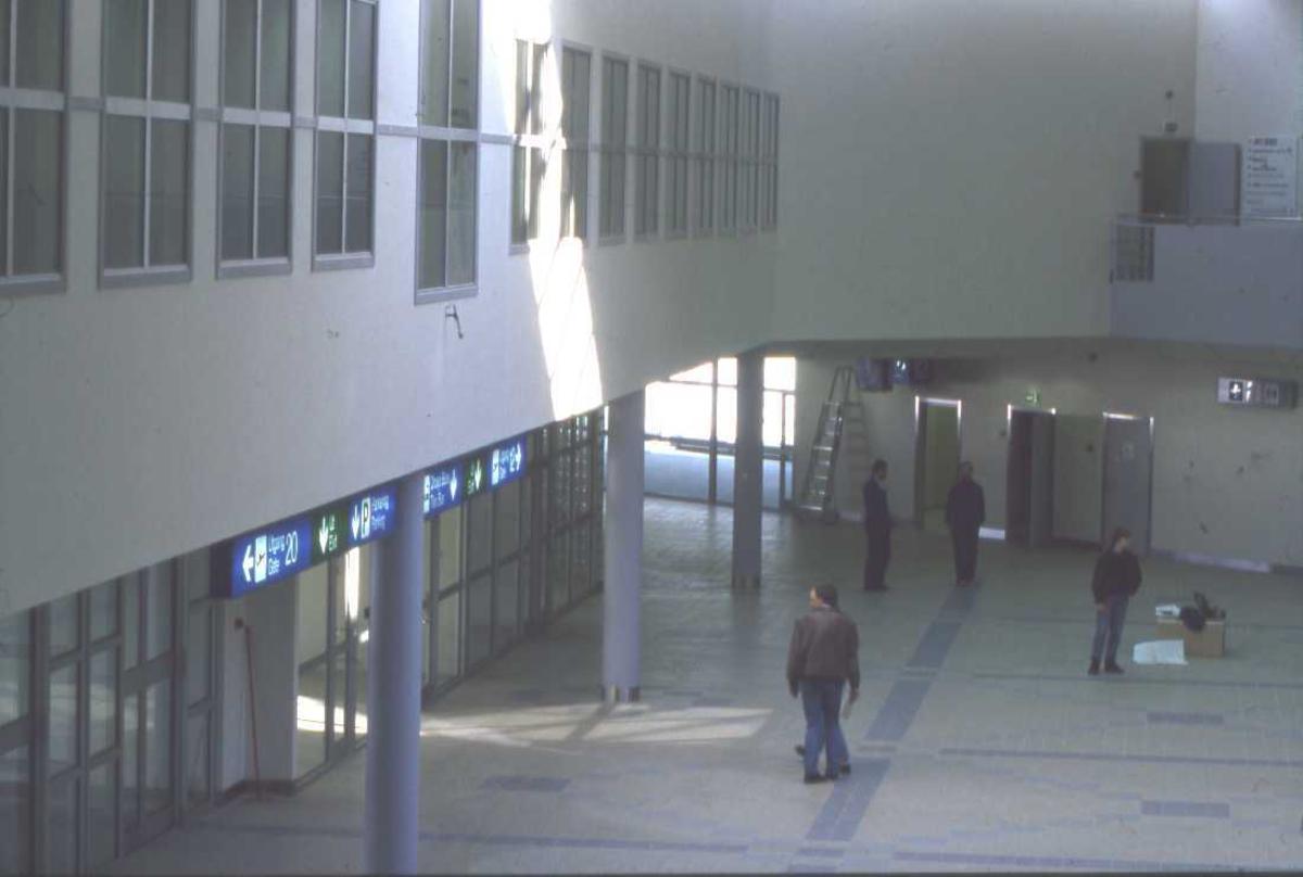 Lufthavn - flyplass. Interiørbilde fra nybygget, arbeidet med den siste finpuss har startet.