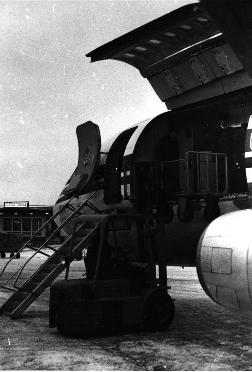Lufthavn/Flyplass. Vaasa / Finland. Et fly fra Braathens SAFE lastes med frakt/cargo.