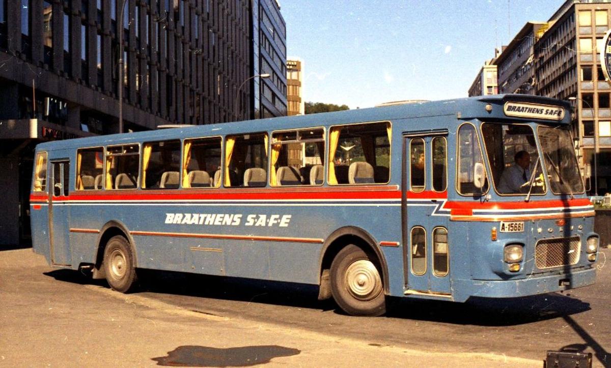 Landskap. Flybussen til Braathens SAFE venter utenfor selskapets kontor i Oslo på passasjerer til Fornebu.