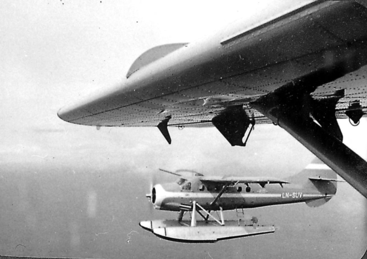 Luftfoto, 1 fly i luften, LN-SUV.  Tatt fra annet fly (litt av vigen sees). DHC3-Otter
