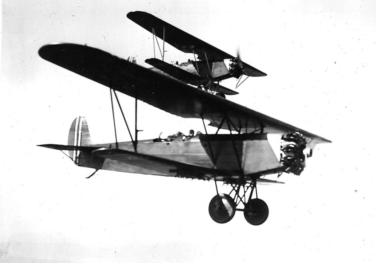 Luftfoto, to fly i luften, Fokker CVE.  Flyet foran skjuler noe av flyet bak.