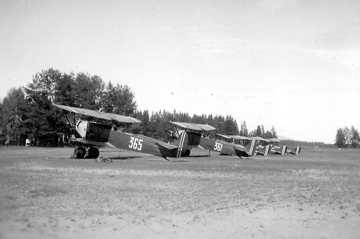 Åpen plass, ant. lufthavn. fem fly på rekke, Fokker CVD.