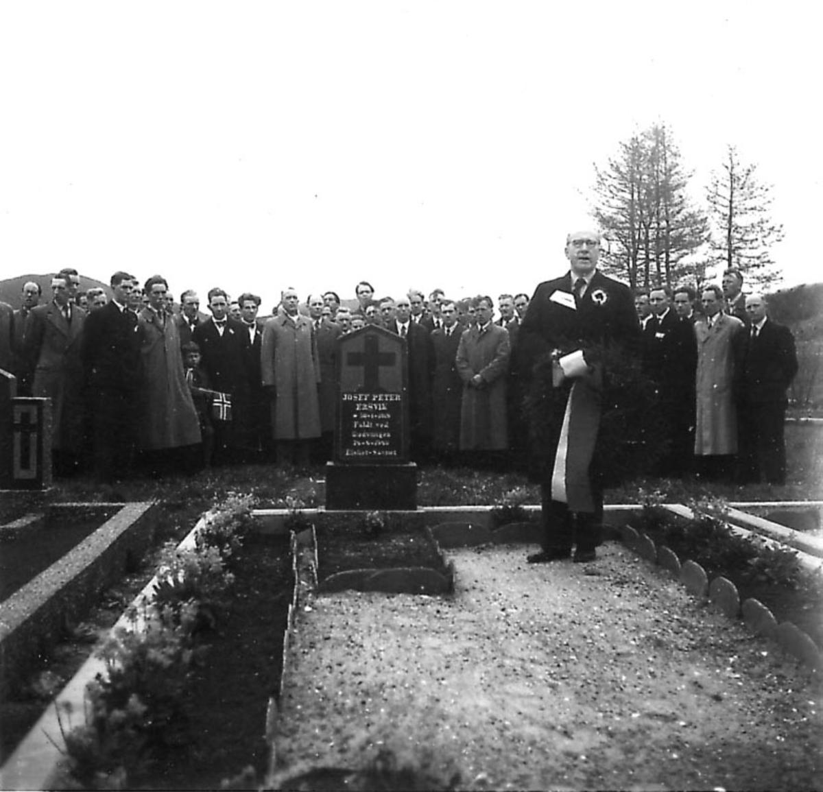 Frigjøringsdagene i Bodø etter krigen 1940 - 1945. Minnestund ved graven til Josef Peter Ersvik. Mange personer, En foran med krans.