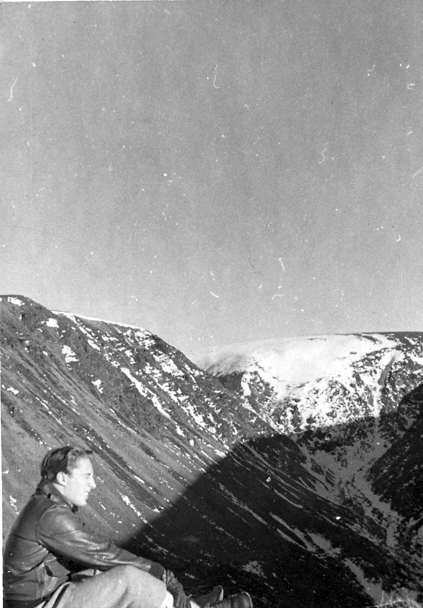 Portrett, en person, utendørs, ant. fjelltur. Fjellandskap i bakgrunnen.