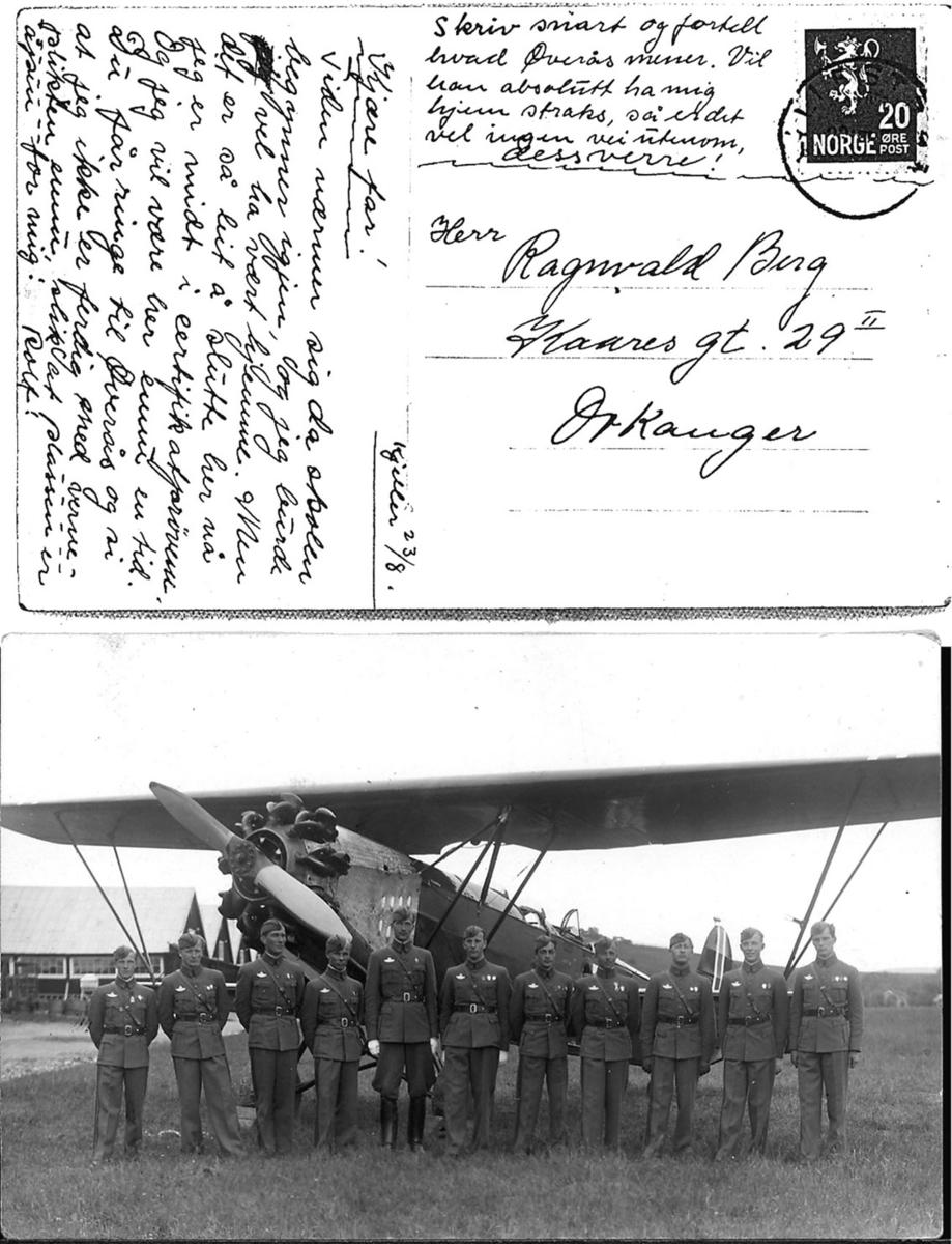 Postkort, Gruppeportrett, flere personer i militæruniform, oppstilt foran et fly, Fokker C.Vd. Håndskrevet tekst på baksiden.