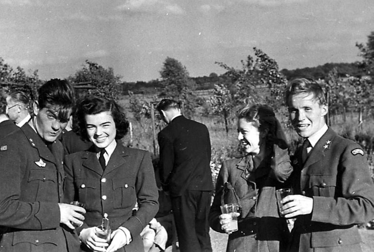 Portrett, flere personer, militære, i militæruniform. Noen er kvinner. Bildet tatt utendørs.
