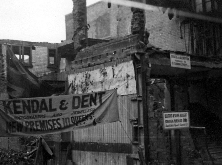 Ruin av bygning, noen plakater med div. påskriift.