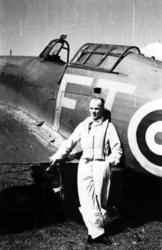 Portrett, en person, militær, står foran et fly, Hawker Hurr