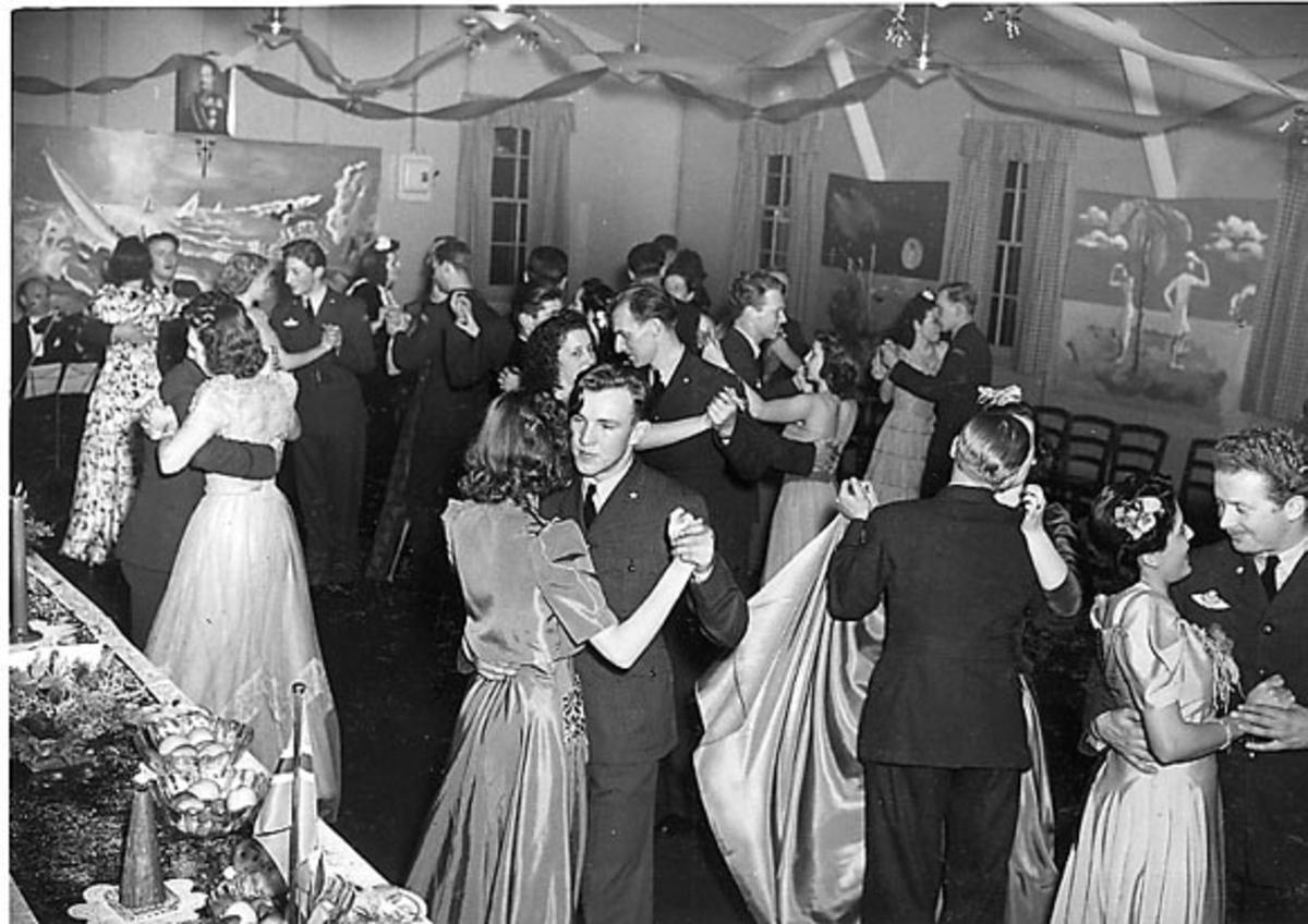 Portrett, flere personer i festlig lag. Fra dansegulvet.