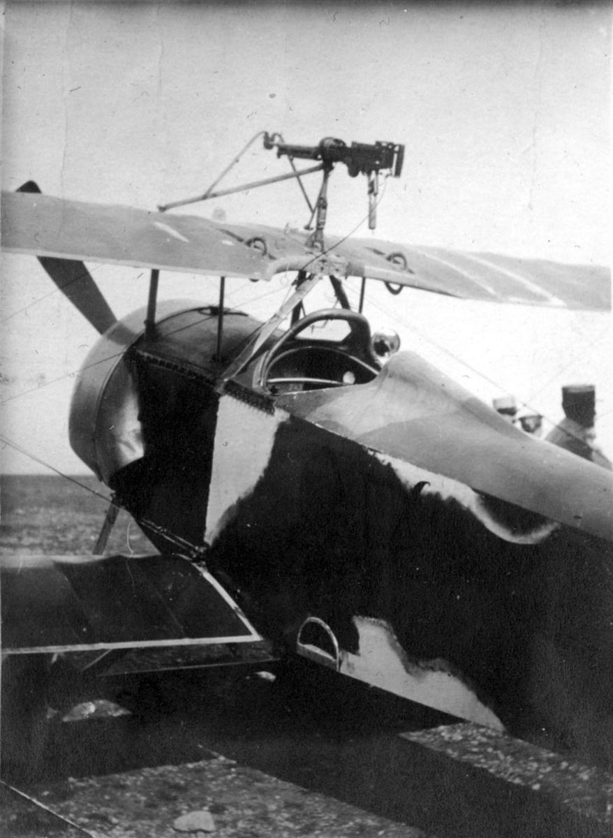 Fly, ant. fransk, med våpen - maskingevær montert over cockpit. Skrått bakfra, forpartiet. Noen personer bak.