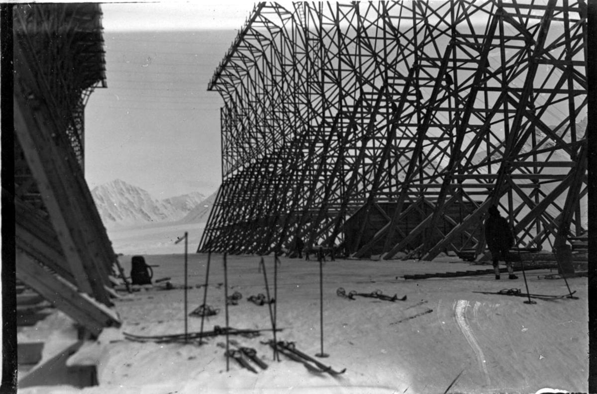"""Hangaren til luftskipet """"Norge"""", sett innenfra. Seilduk lagt på den ene siden. Flrere par ski ligger på """"gulvet"""". En person t.h."""