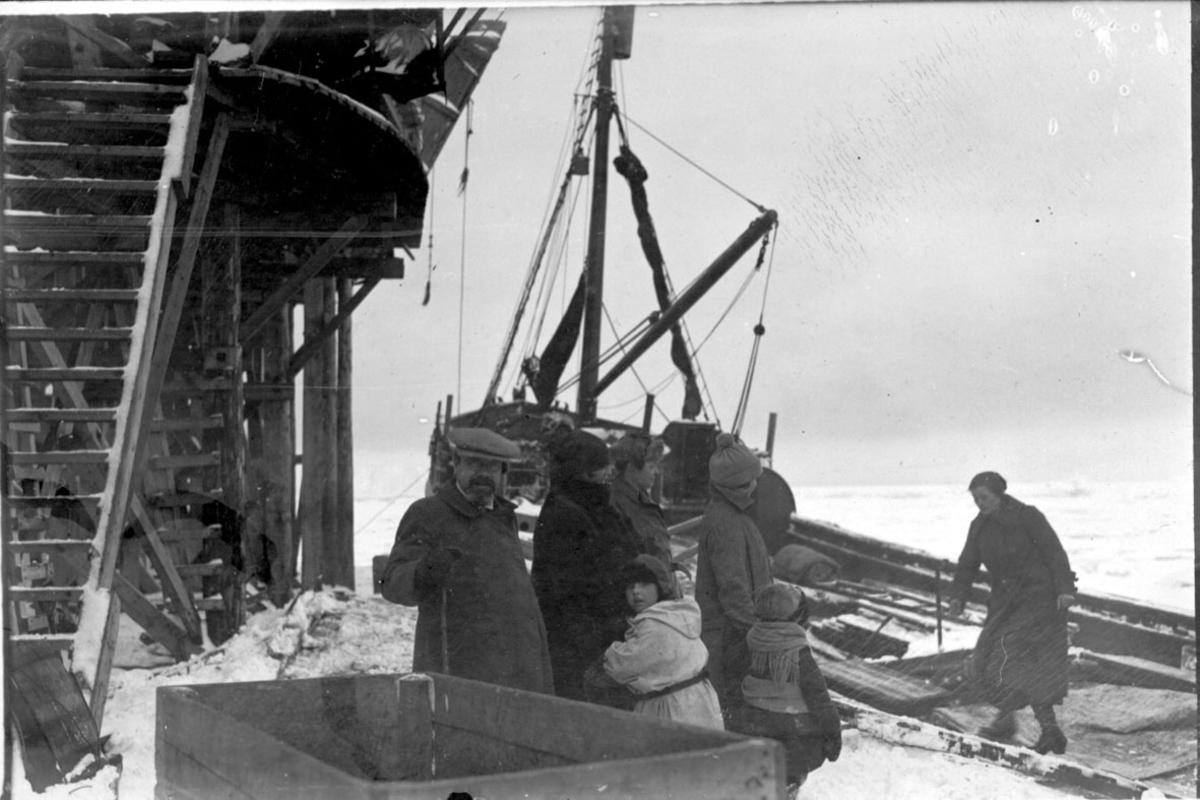 """Fartøy ved kai, polarskuten """"Hobby""""? Noen personer på kaia, ant. 2 familier."""