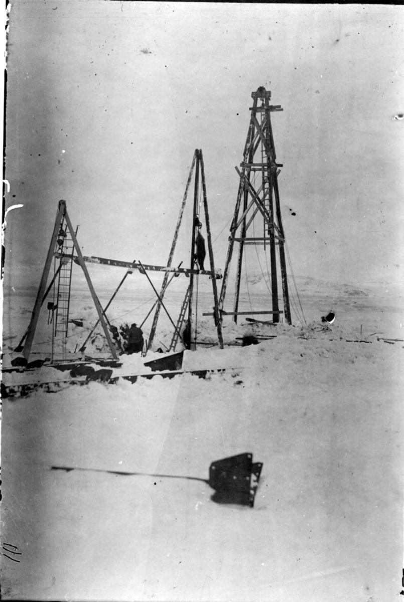 """Hjelpebukk og to tårn, for  div. taljer og barduner. Brukt til hevingen av fortøyningsmasten til luftskipet """"Norge""""."""