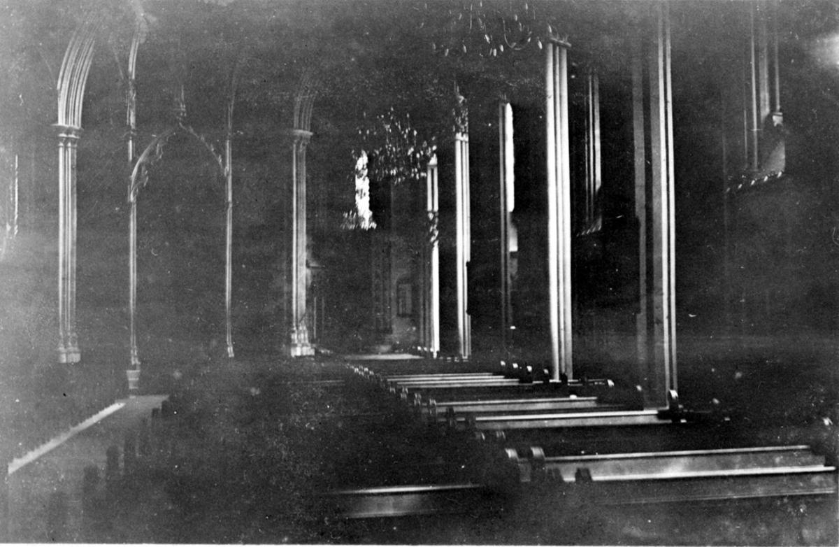 Kirkeinteriør, inne i Nidarosdomen, benkerader og søyler.