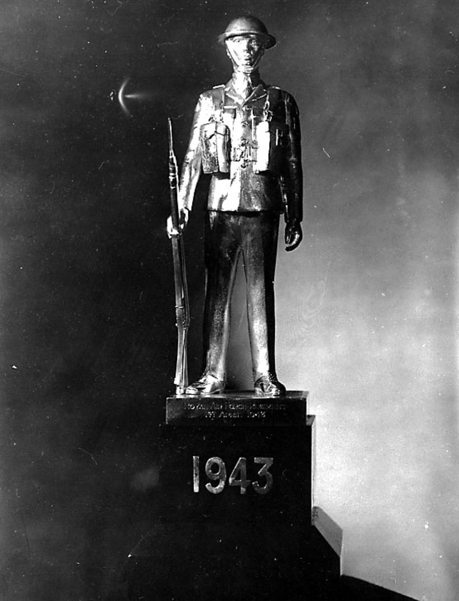 Statue over militær soldat i uniform og med gevær. 1944 på fundamentet.
