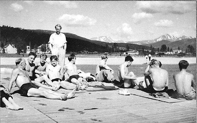 Portrett, en gruppe personer i sitter på bakken.