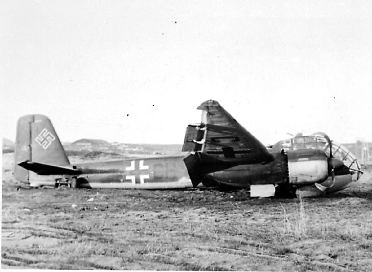 Flyvrak - flyhavari, Junkers JU 188 F-1 A6+CH. Ligger på bakken, sett fra siden. Hakekors på halepartiet.