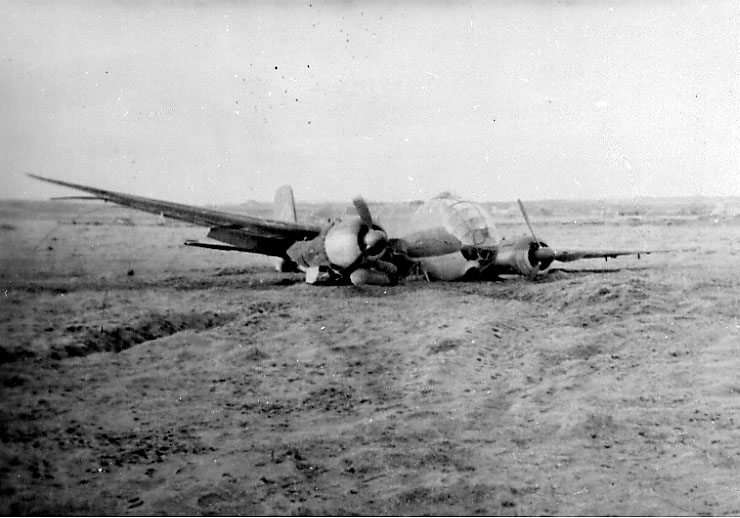 Flyvrak - flyhavari, Junkers JU 188 F-1 A6+CH. Ligger på bakken, skrått forfra. Hakekors på halepartiet.