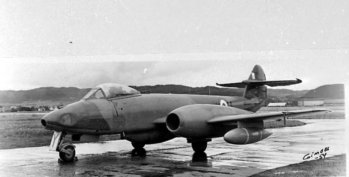 Lufthavn, 1 fly på bakken, Gloster Meteor, AY, fra RAF. Skrått forfra