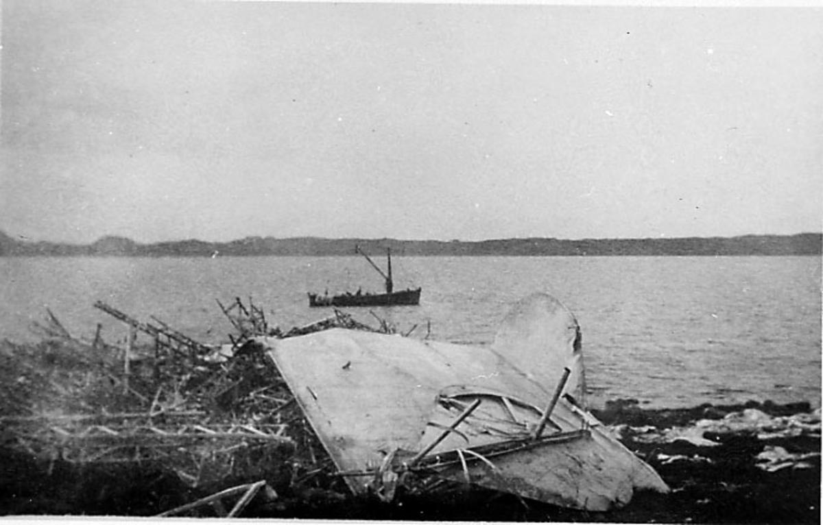 Havari - 1 lluftskip ligger skadet - ødelagt nede ved strandkanten. 1 fartøy i bakgrunnen.