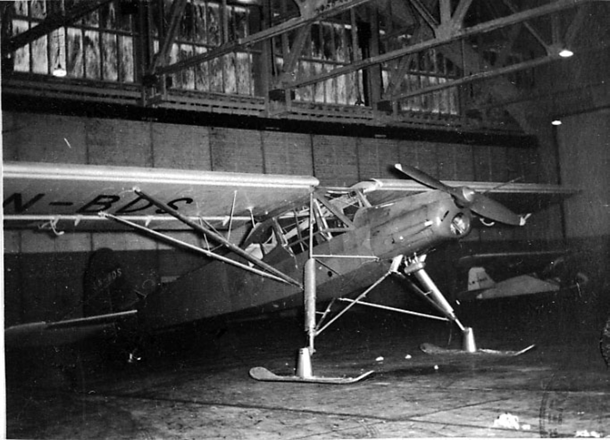 Ant. lufthavn. 1 fly inne i hangar e.l., Fiesler Storch Fi 156 K, LN-BDS, fra Bardufoss Flyklubb. Med skiunderstell.