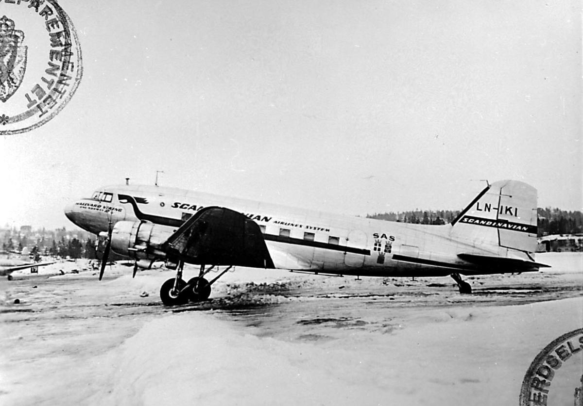 """Lufthavn, 1 fly på bakken, Douglas DC-3 /C53-D(DC3A) Dacota, LN-IKI/LN-IKI """"Nordis/ Einar Viking"""" fra DNL A/S Oslo."""